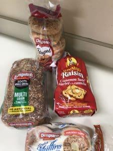 Bagels, pain de blé et pai aux raisins sont au choix.